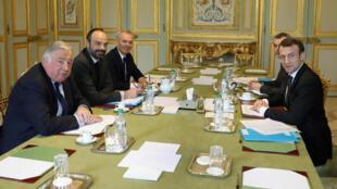 O presidente francês, Emmanuel Macron(D) discute no Palácio do Eliseu reformas constitucionais  com o presidente da Assembléia Nacional, F. de Rugy (3º), o primeiro-ministro  E. Philippe (2º) e o presidente do Senado francês Gerard Larcher. 30/03/18.