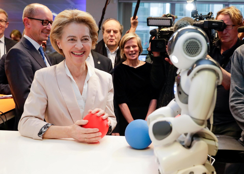 """លោកស្រី Ursula von der Leyen ប្រធានគណកម្មការអឺរ៉ុបកំពុងគយគន់រ៉ូបូទំនើប """"Do you Speak Robot?"""" ក្នុងពិព័ណ៌ AI Xperience Center នៅសកលវិទ្យាល័យVrije ក្រុងព្រុចស៊ែល ថ្ងៃទី១៨កុម្ភៈ២០២០"""