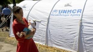 Une femme ouzbek et son bébé dans le camp de réfugiés du village de Yorkishlak, à la frontière sud du Kirghizistan et de l'Ouzbékistan, le 18 juin 2010.