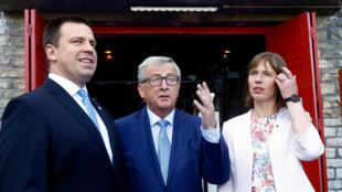 Слева направо: премьер-министр Эстонии Юри Ратас, глава Еврокомиссии Жан-Клод Юнкер и президент Эстонии Керсти Кальюлайд. 29 июня 2017