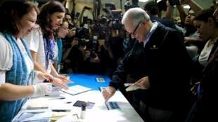 El presidente interino de Guatemala,  Alejandro Maldonado, deposita su voto este domingo durante las elecciones generales