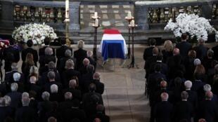 Drapé de bleu-blanc-rouge, le cercueil de Jacques Chirac, dans l'église parisienne Saint-Sulpice, le 30 septembre 2019.