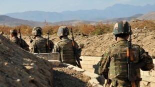 Солдаты армянской армии на линии соприкосновения Нагорного Карабаха и Азербайджана