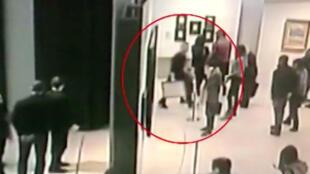 Le vol a eu lieu à la galerie Tretyakov, à Moscou. L'homme a tranquillement décroché le tableau sous l'œil ébahi des visiteurs.