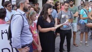 На переднем плане слева направо: президент GALEHI Хесус Сантос, удочеренная в Мадриде российская девочка Паола и президент COGAM Эсперанса Монтеро