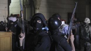 La policía egipcia durante la evacuación este sábado de la mezquita Al-Fath, en El Cairo
