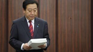 Le Premier ministre japonais Yoshihiko Noda tient le rapport final de l'enquête sur la cause de la crise nucléaire de Fukushima, à Tokyo, le 23 juillet 2012.
