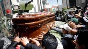 Des partisans de l'ex-président Evo Morales participent à une manifestation à La Paz avec le cercueil d'une personne tuée dans des heurts avec la police à Senkata, le 21 novembre.