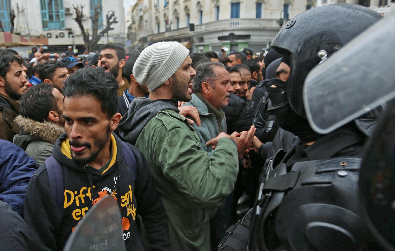 Des manifestants tunisiens face à face avec les forces de l'ordre à Tunis, le 12 janvier 2018 (photo d'illustration).