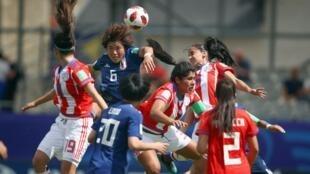 La selección femenina sub20 de Paraguay enfrentándose a la selección de Japón durante el mundial que se celebra en Francia.