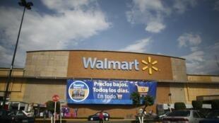 Aux États-Unis, Walmart impose le port du masque dans tous ses magasins.