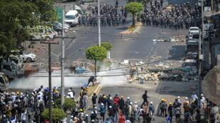 زاران نفر از شهروندان میانمار، روز دوشنبه اول مارس/١١ اسفند، به رغم تهدیدها و سرکوب های خونین نیروهای امنیتی، بار دیگر در اعتراض به کودتای نظامی اخیر، در شهرهای مختلف این کشور، دست به تظاهرات زدند.