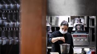 De nombreux restaurateurs ont décidé de poursuivre leurs activités en faisant de la vente à emporter ou en livrant bénévolement des repas aux soignants.