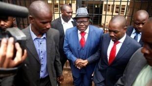 Tsohon ministan kudin Zimbabwe kuma jagoran babbar jami'iyyar adawa ta MDC Tendai Biti, yayin fita daga harabar kotu bayan yanke masa hukunci, a birnin Harare. 18/02/2019.