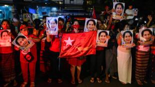 (ARCHIVOS) En esta foto de archivo tomada el 9 de noviembre de 2020, simpatizantes del partido Liga Nacional para la Democracia (NLD) sostienen retratos de Aung San Suu Kyi. La junta militar de Birmania ha amenazado con disolver ese partido por presunto fraude electoral en las elecciones de 2020, dijo un funcionario el 21 de mayo de 2021