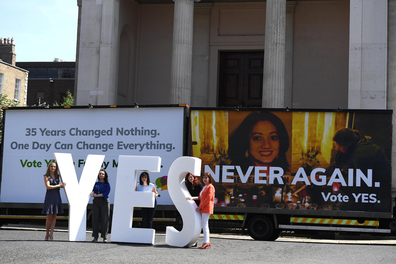"""Militantes da campanha pelo """"sim"""", a favor da legalização do aborto na Irlanda."""