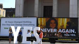En Dublín, partidarios del Sí a la abolición de la Octava Enmienda en el referendo que tiene lugar en Irlanda este 25 de mayo.