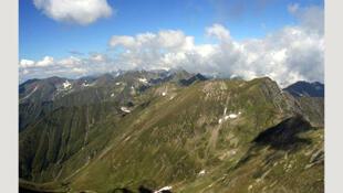 Les Monts Fagaras vues du Moldoveanu, le sommet le plus élevé de la Roumanie, qui est situé dans les Carpates.