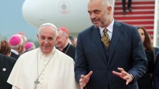 O Papa Francisco (à esq.) ao lado do primeiro-ministro albanês Edi Rama em Tirana, neste domingo, 21 de setembro de 2014.