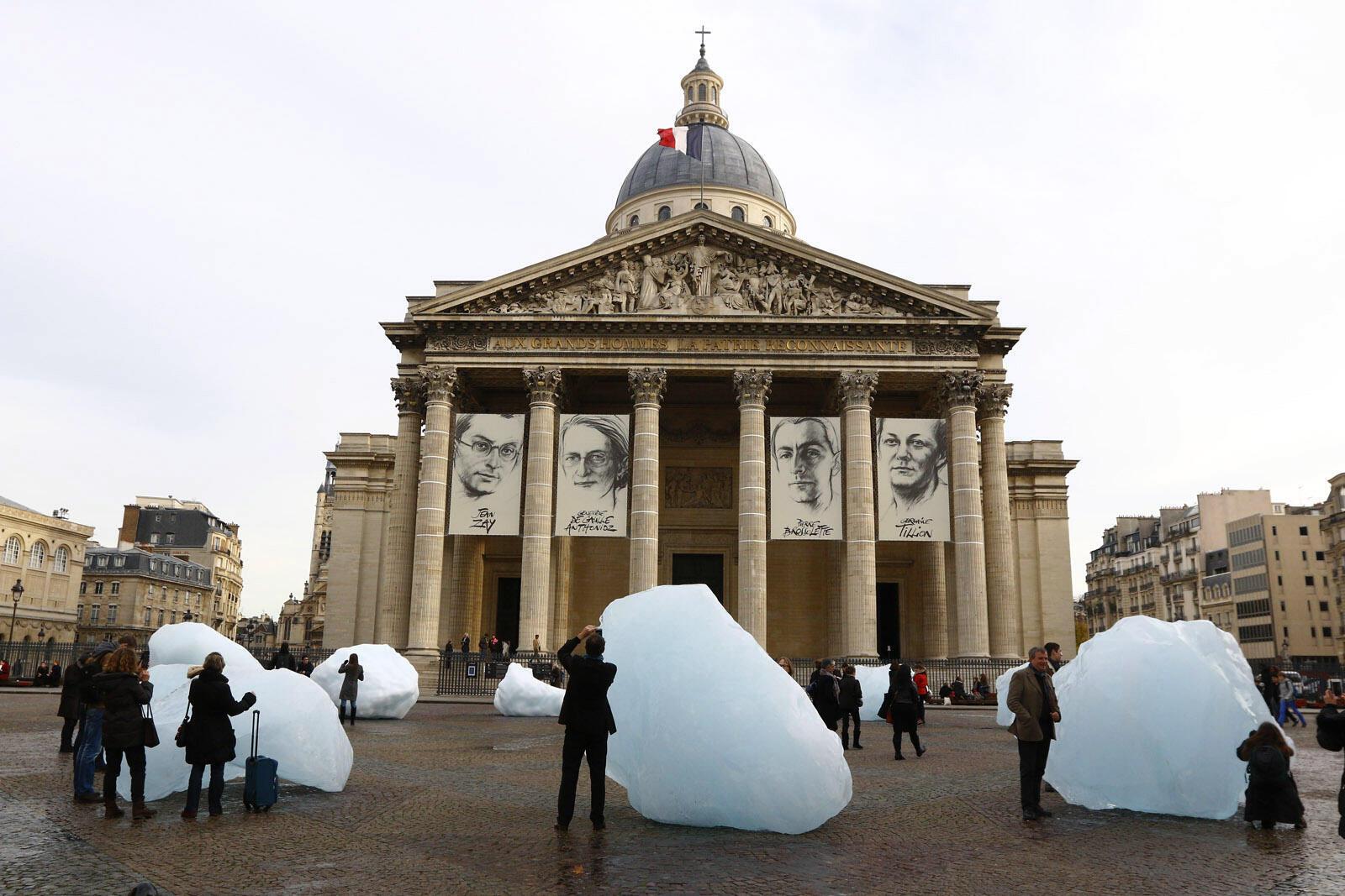 12 khối băng mang từ đảo Groënland đặt trước Panthéon - Điện thờ danh nhân nước Pháp (Paris), như một biểu tượng cho tính khẩn cấp thiết của cuộc chiến chống biến đổi khí hậu