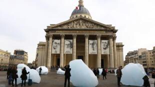 Một biểu tượng của mệnh lệnh phải hành động khẩn cấp : 12 khối băng lớn - được chuyển từ băng đảo Groënland tới Paris, được đặt trước điện Panthéon, Paris, kể từ thứ 5, 03/12/2015.
