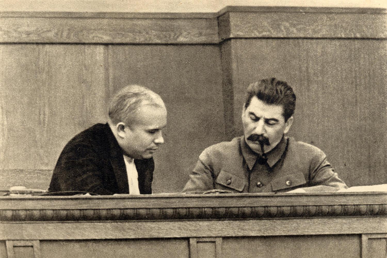 Khrushchev (trái) và Stalin năm 1936.