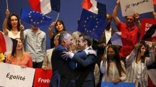 Ứng cử viên Emmanuel Macron (p) và lãnh đạo MoDem François Bayrou tại Pau, ngày 12/04/2017.