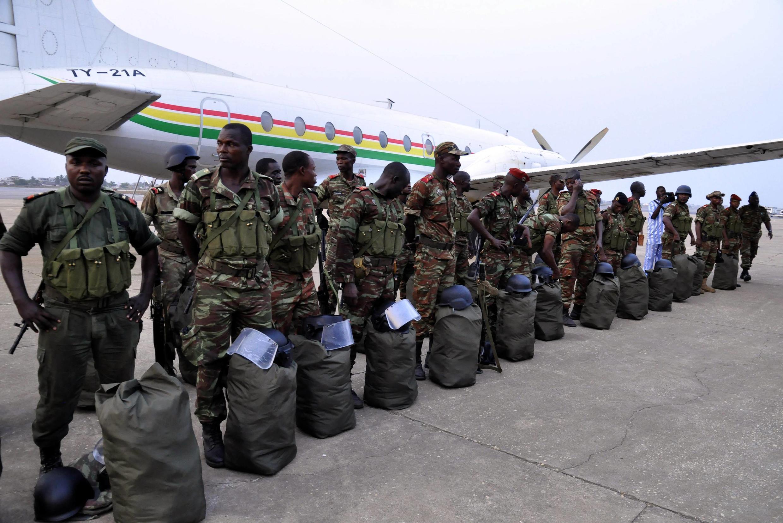 Une trentaine de soldats béninois sur le tarmac de l'aéroport de Cotonou, le 18 janvier.