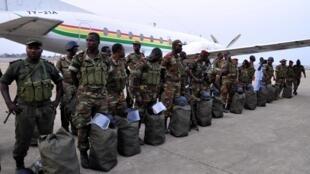 Soldados do exército do Benin prontos para embarcar para Bamako (capital do Mali).