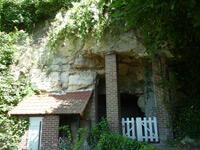 Atelier troglodyte creusé dans la falaise, derrière la maison.