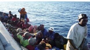 La traversée à bord de barques de pêcheurs, entre les Comores et Mayotte, est très périlleuse. D'autant plus que les barques sont souvent surchargées.