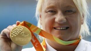 La Polonaise Ewa Durska pose avec sa médaille d'or dans la catégorie F20 du lancer de poids.