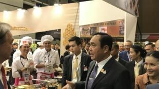 Thủ tướng Thái Lan thăm gian hàng triển lãm của các doanh nghiệp.