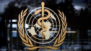 El logotipo de la Organización Mundial de la Salud (OMS), el 9 de marzo de 2020 en su sede central, en la ciudad suiza de Ginebra
