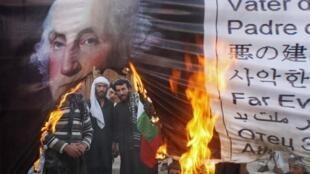 Des Pakistanais brûlent le portrait du premier président américain, George Washington durant une manifestation à Quetta, le 16 mars 2012.