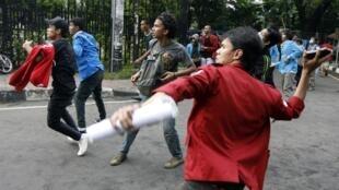 Thanh niên Indonesia biểu tình phản đối chính phủ đương đầu với cảnh sát. Ảnh chụp ngày 20/10/2010.