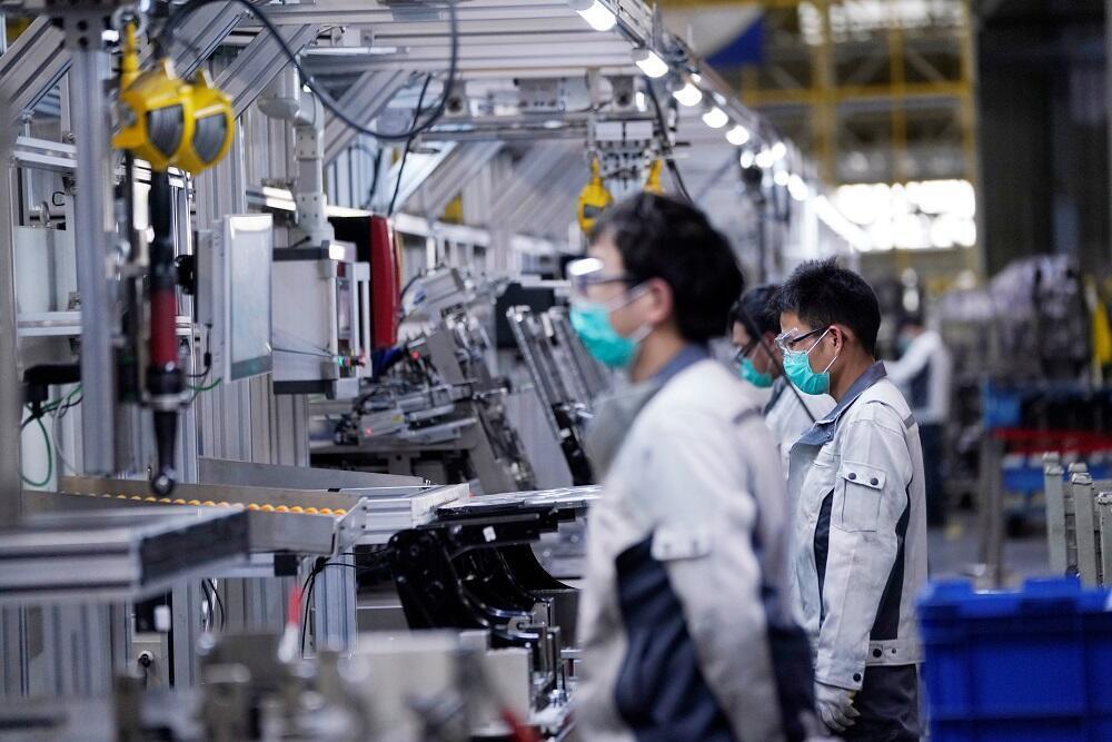 Employés d'une usine automobile à Shanghaï, en Chine, le 24 février 2020.
