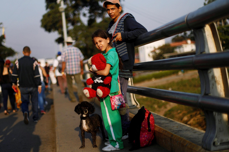 Une famille vénézuélienne photographiée sur le pont Simon Bolivar, en direction de la ville colombienne de Cucuta, le 13 février dernier (photo d'illustration).