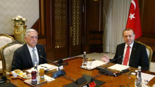 Tổng thống Thổ NHĩ Kỳ Tayyip Erdogan (phải) tiếp bộ trưởng Quốc Phòng Mỹ James Mattis tại Ankara ngày 23/08/2017.
