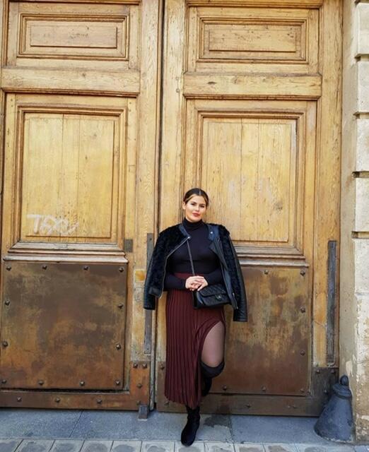 A jovem Maria Carolina Cardoso Mattos em frente ao prédio onde mora Emily Cooper na série, no n° 1 da Place de l'Estrapade.