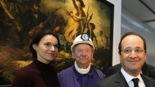 O presidente francês, François Hollande e a ministra da Cultura da França, Aurélie Filippetti, posam diante do quadro de Delacroix na inauguração do Louvre-Lens.