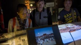 Khách tham quan xem các hình ảnh về vụ thảm sát Thiên An Môn năm 1989 tại bảo tàng mới khai mạc tại Hồng Kông ngày 26/04/2014.