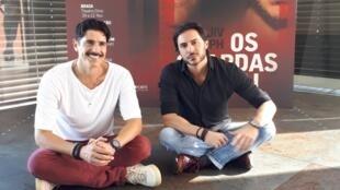 Os atores Reynaldo Gianecchini (à esq.) e Ricardo Tozzi em frente ao teatro onde será encenada a peça, em Lisboa.