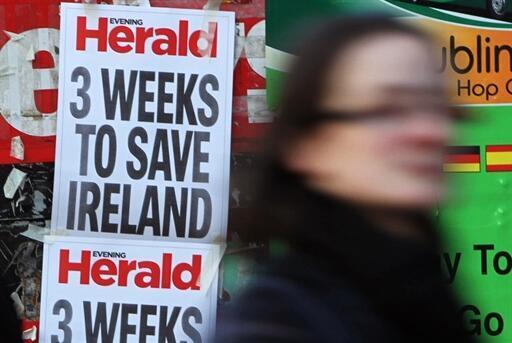 Une affiche de pub pour le quotidien du soir «Evening Herald» qui titre «Trois semaines pour sauver l'Irlande» à Dublin.