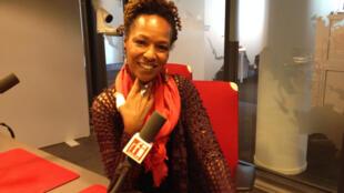 Lisa Simone en studio à RFI.