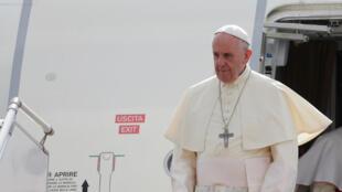 Le pape François est arrivé lundi à Rangoun pour une visite délicate, qui a débuté avec une rencontre surprise avec le chef de l'armée.