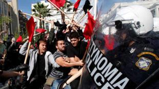 Polisi wa Ugiriki wakijaribu kuwatuliza waandamanaji katika mji wa Ugiriki, Athens