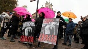 Pologne, Manifestation contre le projet du gouvernement de limiter le droit à l'avortement.