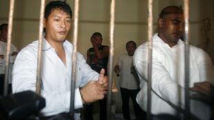 Les Australiens Andrew Chan et Myuran Sukumaran dans une cellule provisoire en attendant leur procès, à Denpasar (Bali), le 21 septembre 2010.