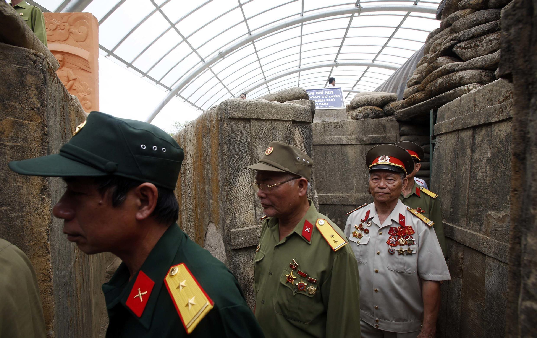 Cựu chiến binh Việt Nam vào tham quan khu hầm chỉ huy của quân đội Pháp ở Điện Biên Phủ (Ảnh chụp ngày 06/05/2014)